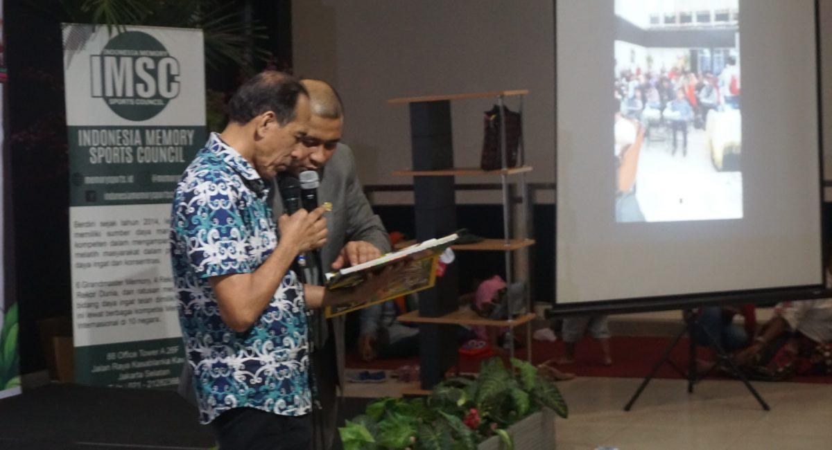 Dr Adre Mayza menguji lisan peserta rekor