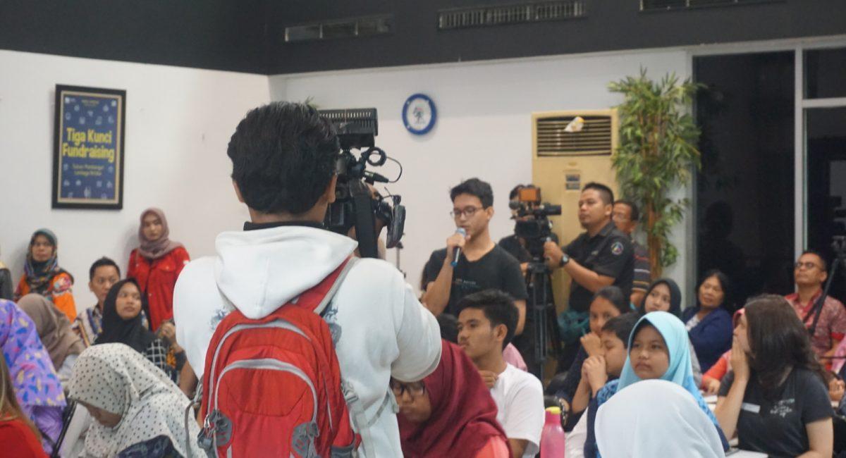 Salah satu peserta menjawab tes lisan juri independen